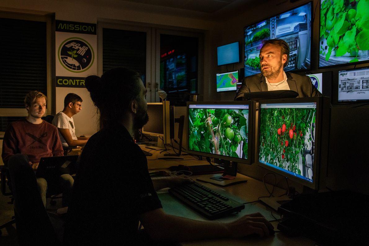 Die Versorgung der Pflanzen erfolgt ferngesteuert über die Missionskontrolle des Deutschen Zentrums für Luft- und Raumfahrt ...