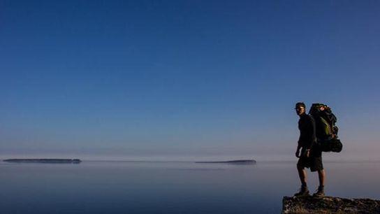 Der Bruce Trail bietet atemberaubende Ausblicke über den Huronsee, einer der Großen Seen an der amerikanisch-kanadischen ...