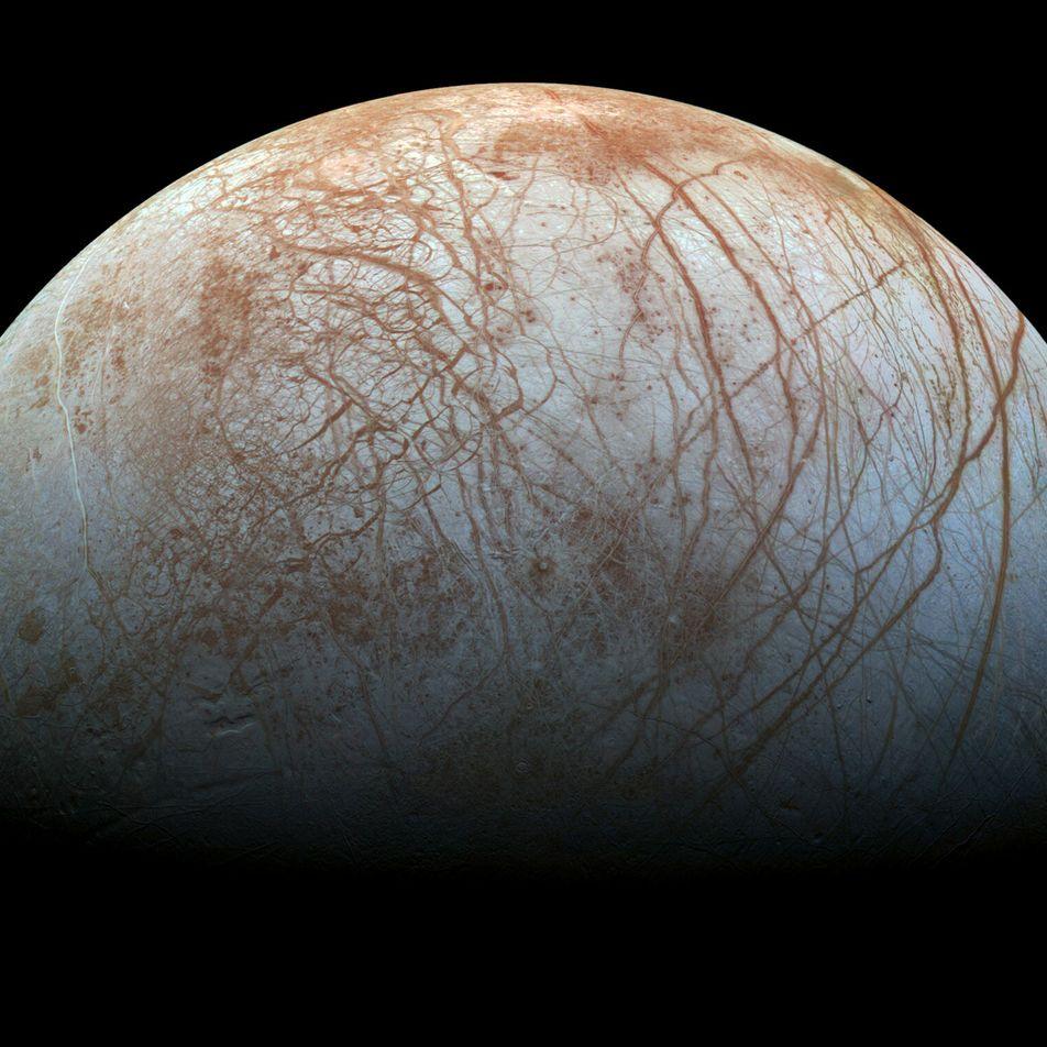 Leuchtet Jupiters Eismond Europa im Dunkeln?