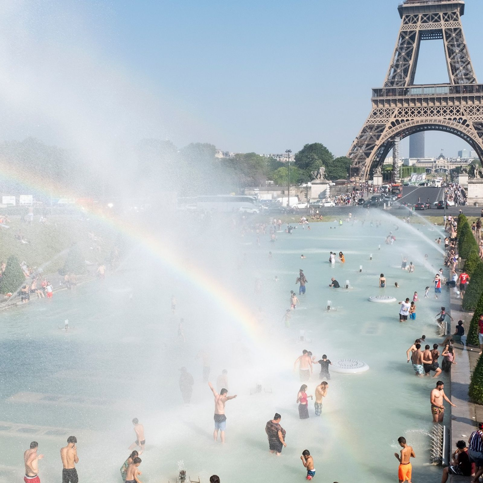 Am 26. Juni spielen die Pariser und Touristen im Wasserbecken am Palais du Trocadéro, um sich ...