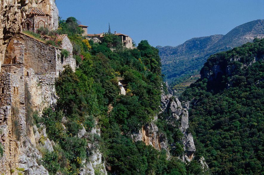 Bergklöster wie das Philosophou-Kloster wurden in gewagter Lage an den steilen Hängen der Lousios-Schlucht erbaut.