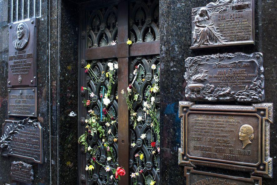 Blumen schmücken das Grab von Eva Perón auf dem Friedhof Recoleta in Buenos Aires, Argentinien.