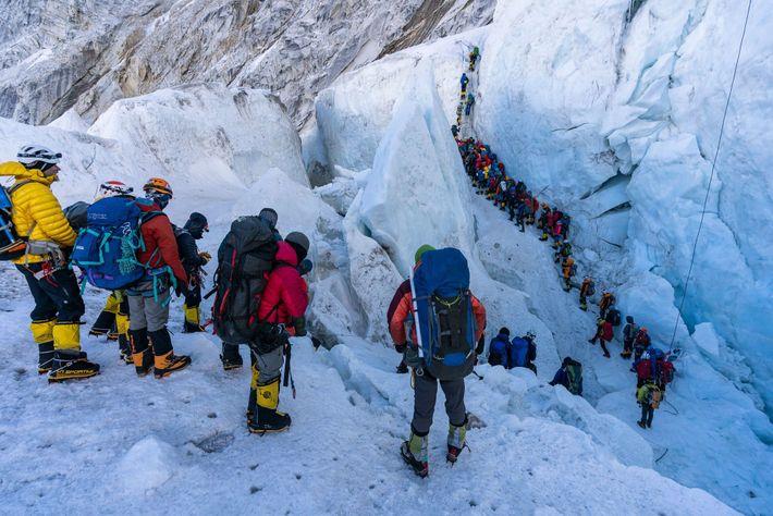 Schlange am Khumbu-Eisfall