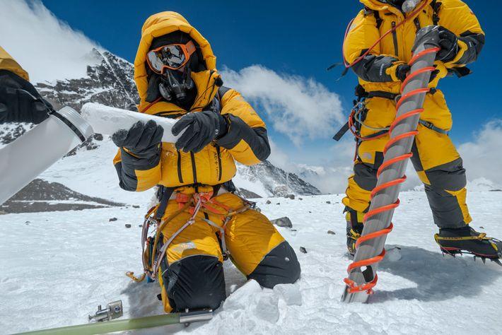 Der Klimaforscher Mariusz Potocki (links) nahm mit einem Spezialbohrer eine Kernprobe des Eises auf einer Höhe ...