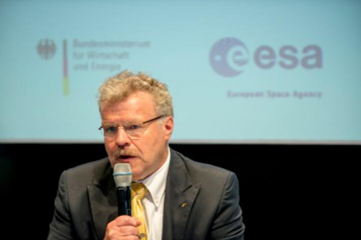 Reinhold Ewald flog 1997 als Wissenschaftskosmonaut mit der russischen Sojus TM 25 zur Raumstation MIR. Er ...