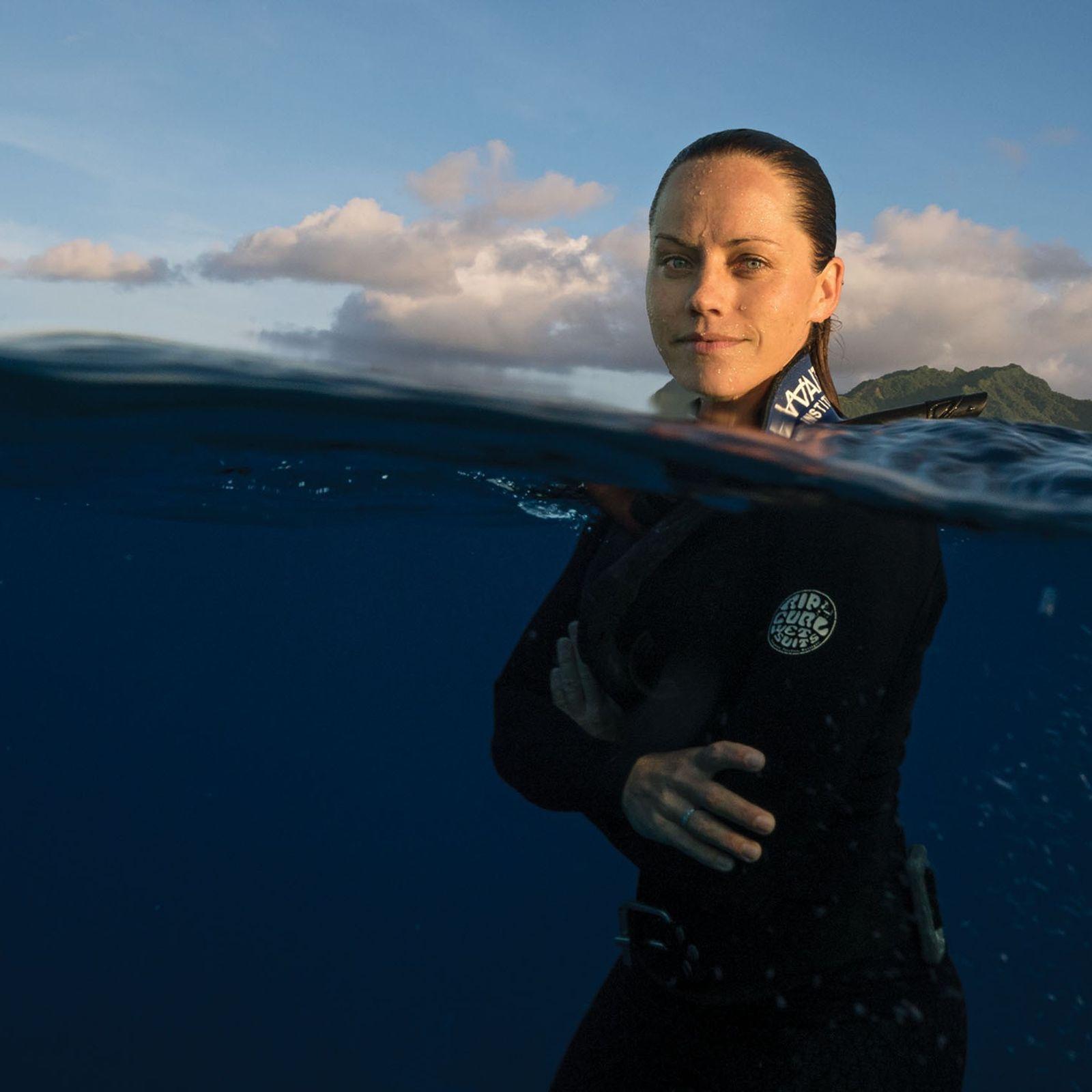 Jessica Cramp beim Freitauchen vor der Küste von Rarotonga, der größten der Cook-Inseln.