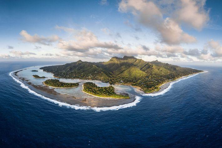 Die Insel Rarotonga, von oben. Im Jahr 2012 etablierten die Cook-Inseln eines der größten Haischutzgebiete der ...
