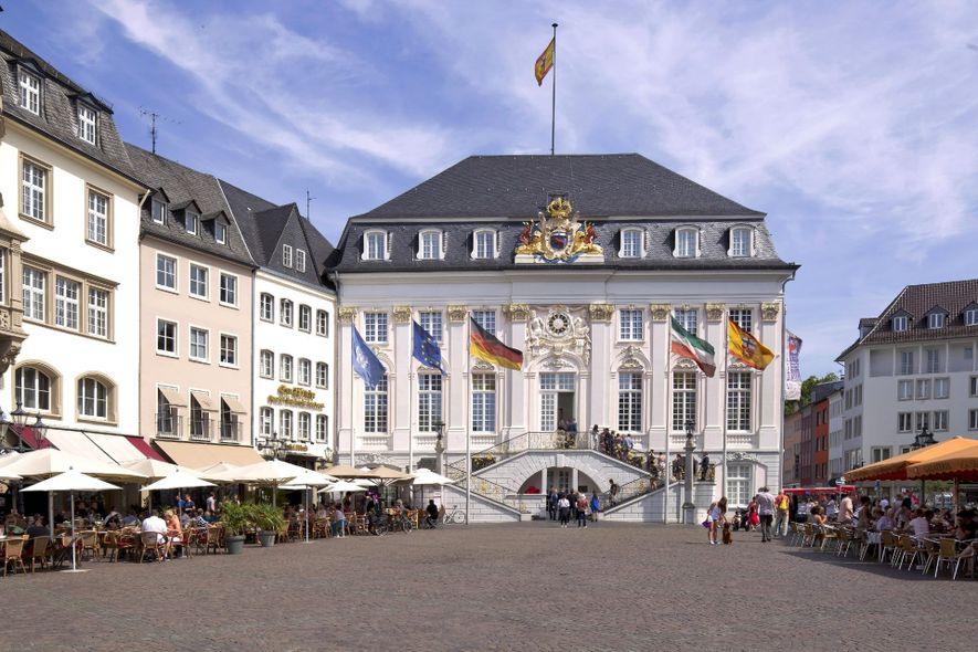 Das Alte Rathaus in der Innenstadt: Von seiner Treppe grüßten schon Staatsoberhäupter wie Charles de Gaulle ...