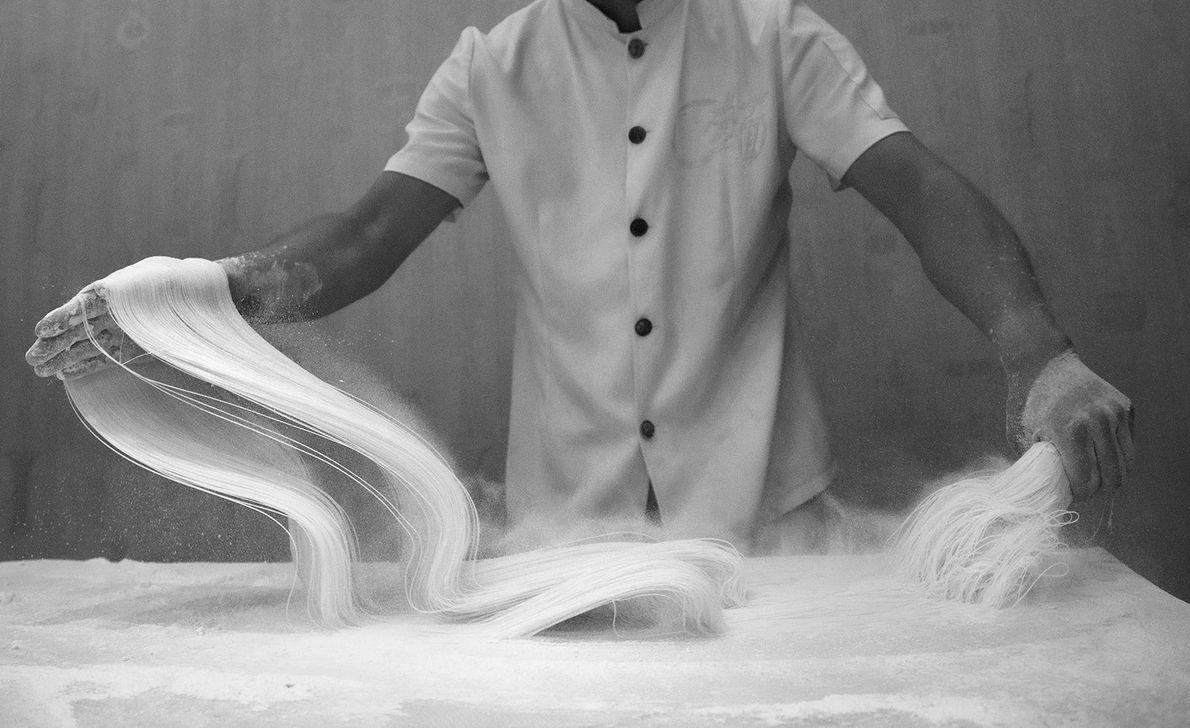 Ein Koch in China bereitet traditionelle Ramen von Hand zu