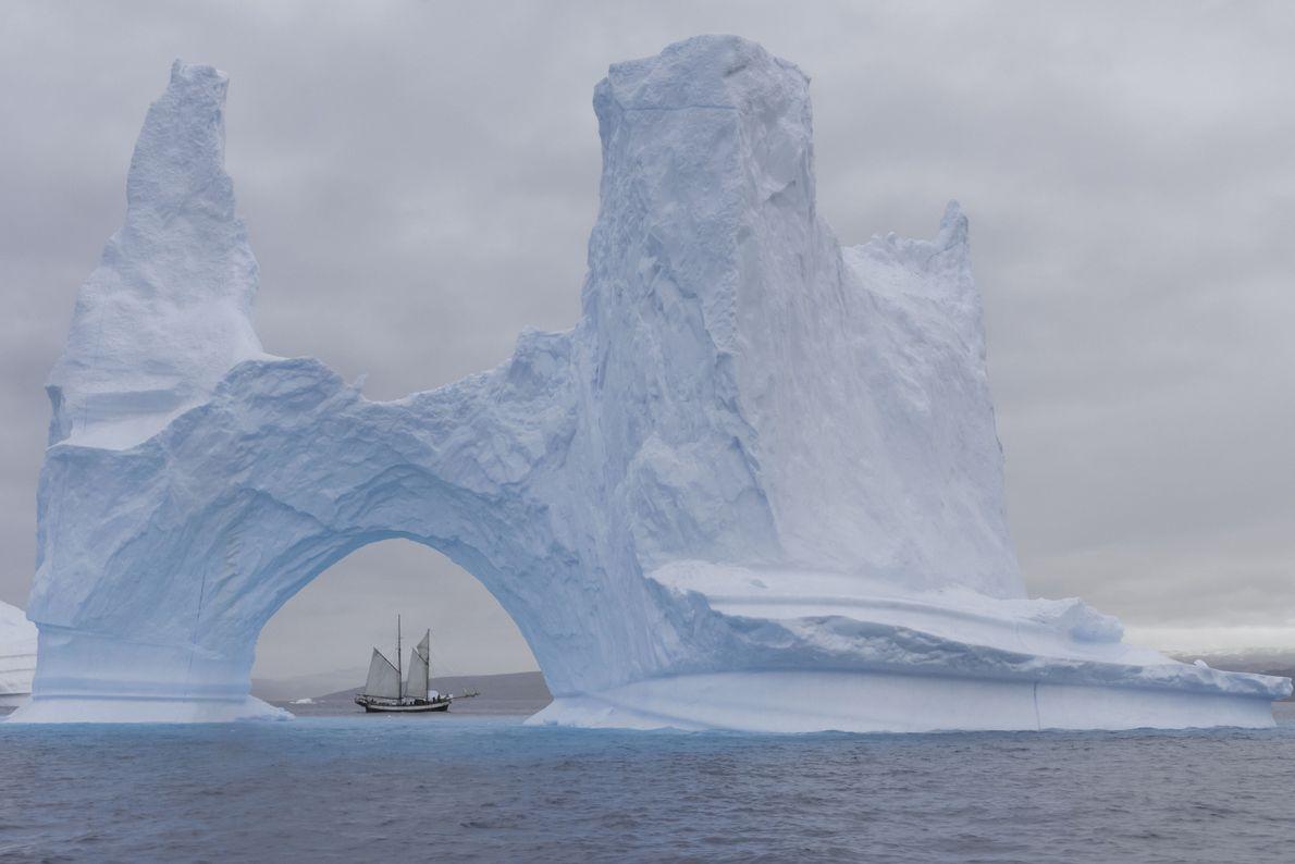Ein Segelschoner inmitten von Eisbergen in Grönland