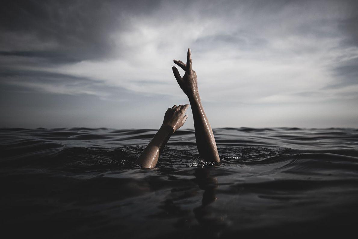 Frau posiert im Mittelmeer