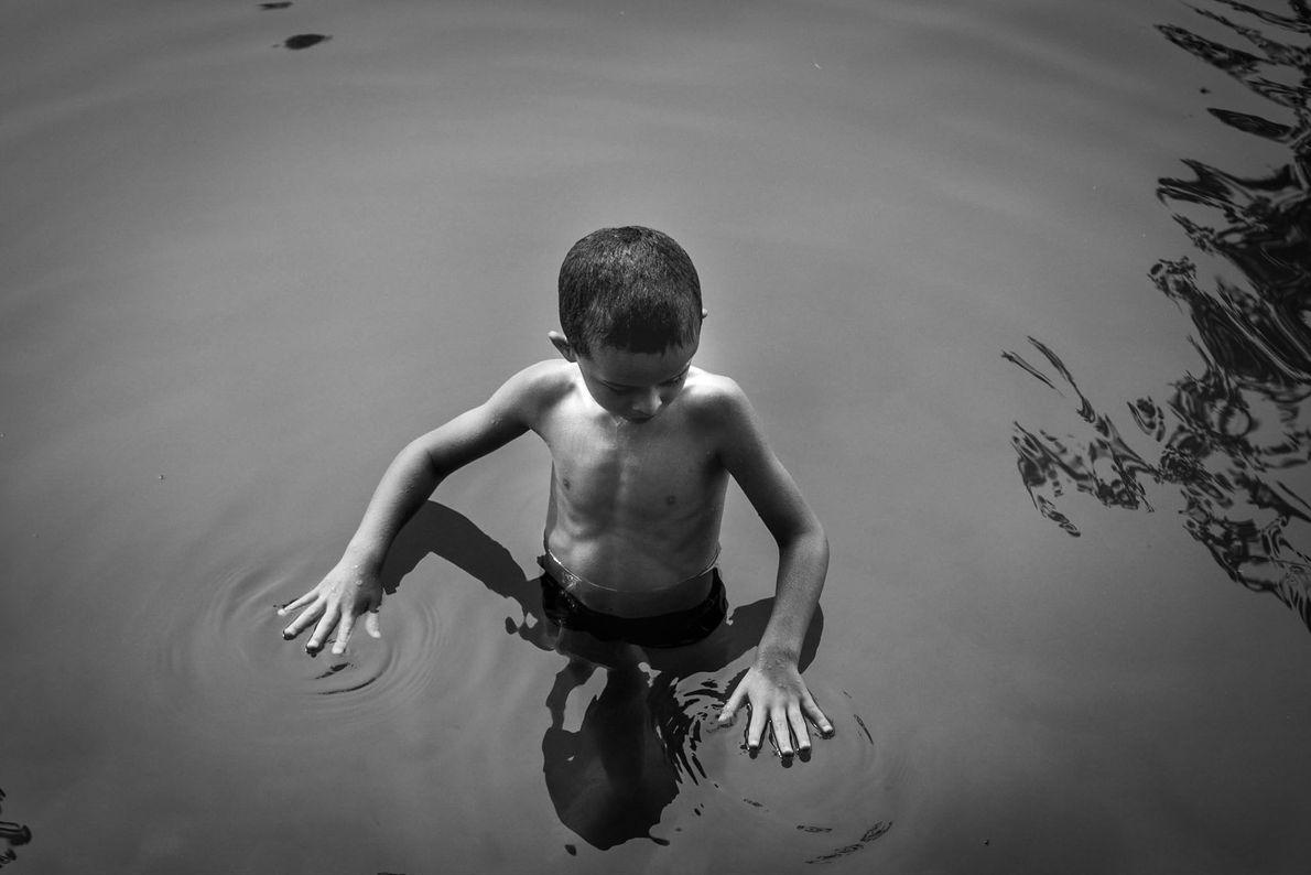 Junge in Frankreich beim Schwimmen