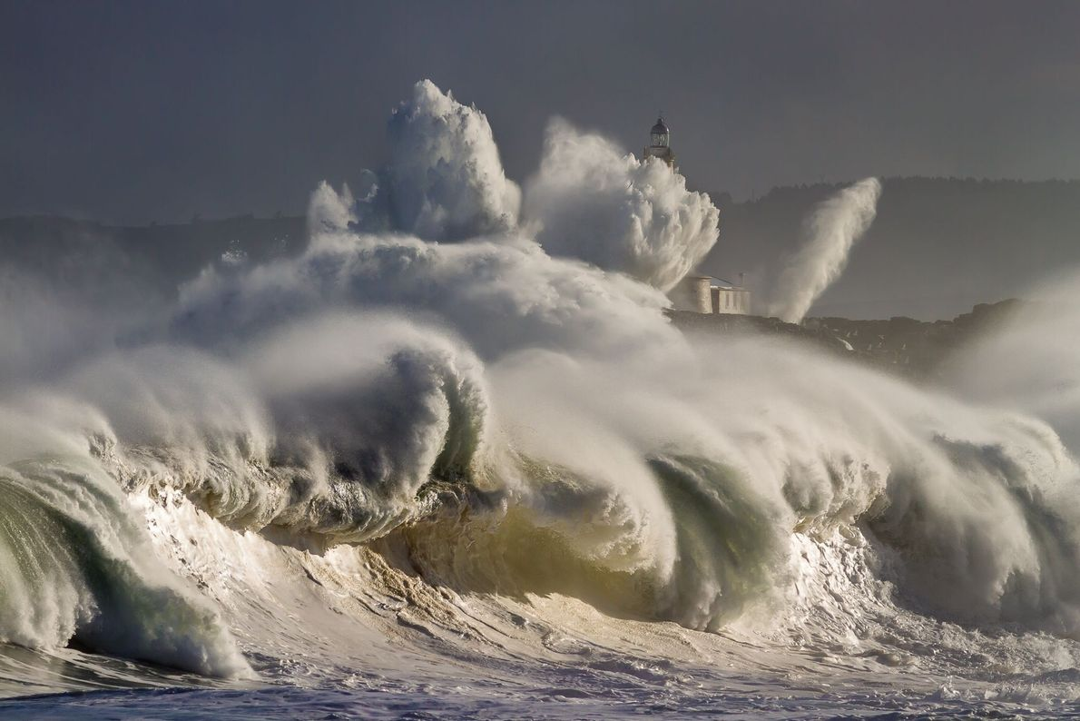 Welle bricht an der Küste der Isla de Mouro