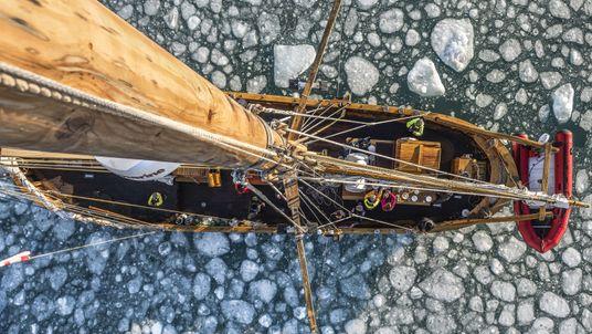 Blick vom Ausguck auf das eisige Wasser vor der Küste Grönlands