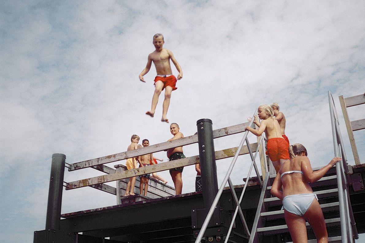 Kinder in Rydebäck springen von einem Steg ins Wasser