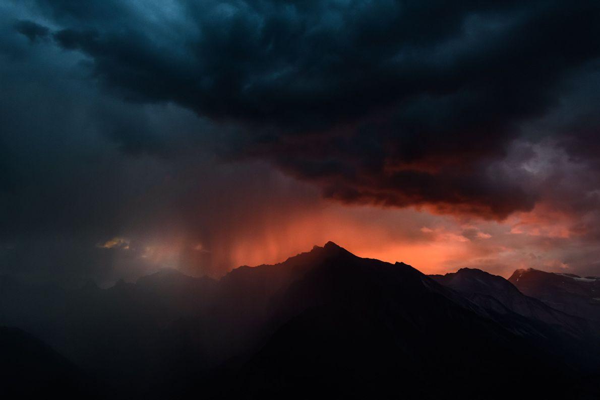 Sonnenuntergang in den Alpen nach einem Sturm