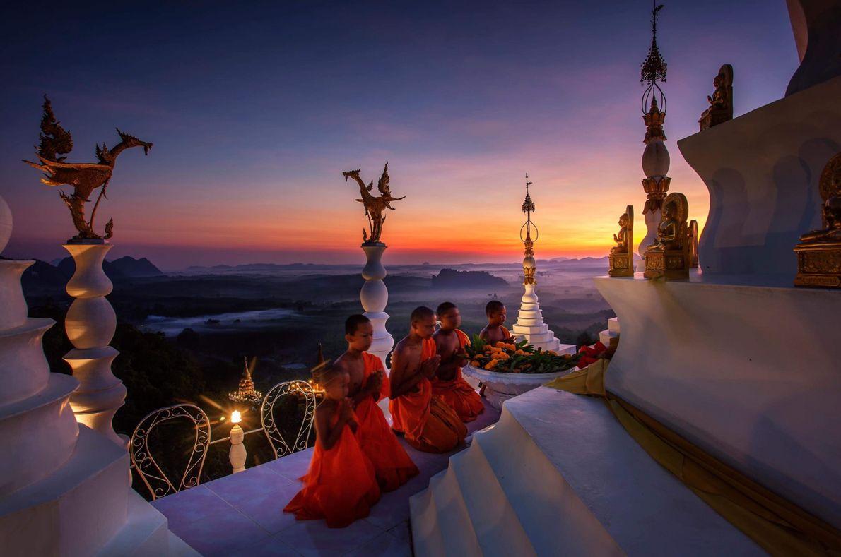 Mönche beten an einer Pagode in Thailand