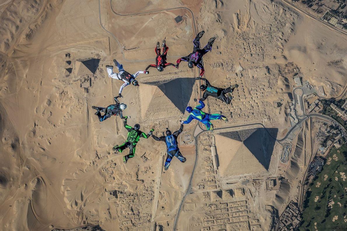 Perspektivwechsel; Fallschirmspringer über den Pyramiden von Gizeh in Ägypten