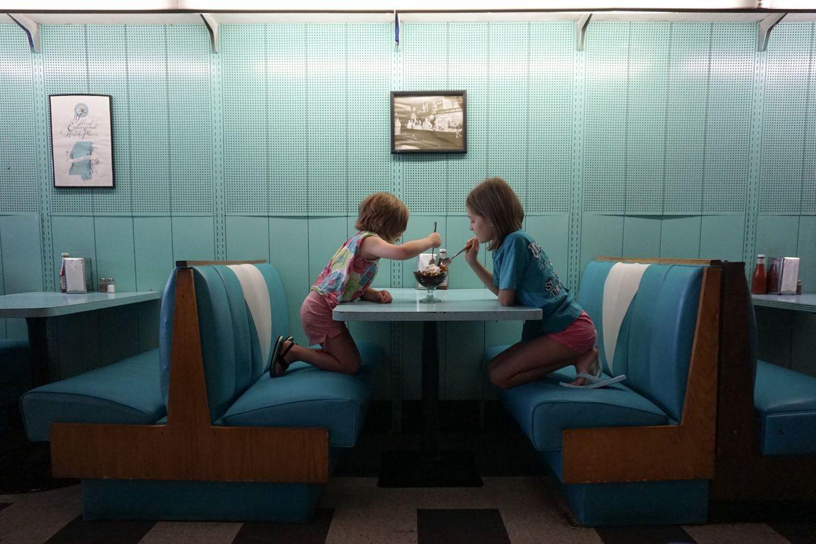 In einem altmodischen Diner in Fondren, Mississippi, teilen sich zwei Schwestern einen Eisbecher.