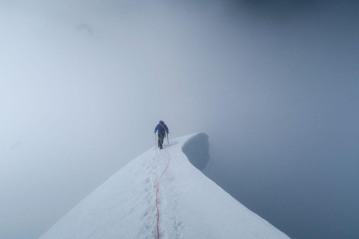 Ein Bergsteiger auf dem Weg zum Gipfel des Nevado Copa in Peru gerät in einen Whiteout.