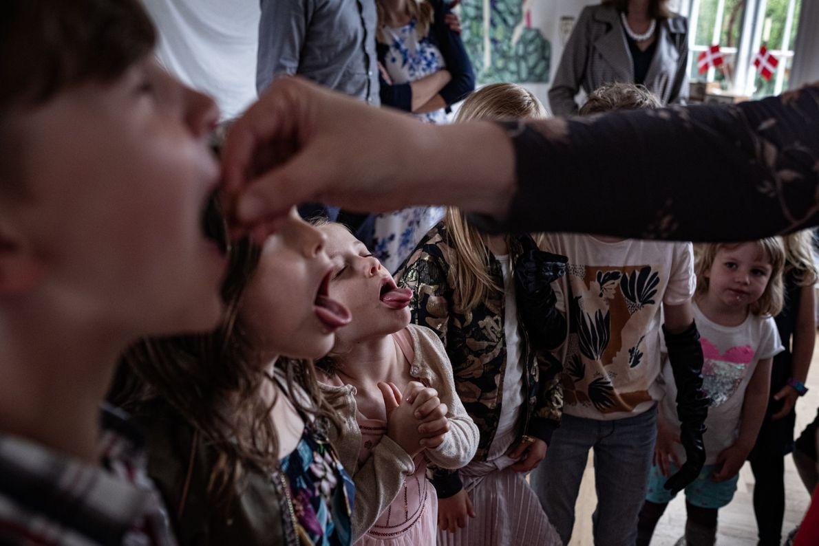 Auf einer Geburtstagsfeier im dänischen Kopenhagen stellen sich die Kinder für ein Spiel in einer Reihe ...