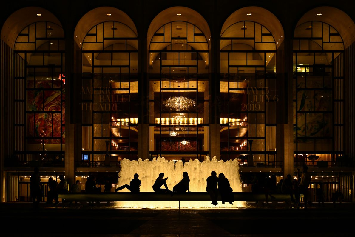 New Yorker vor der Metropolitan Opera im Lincoln Center