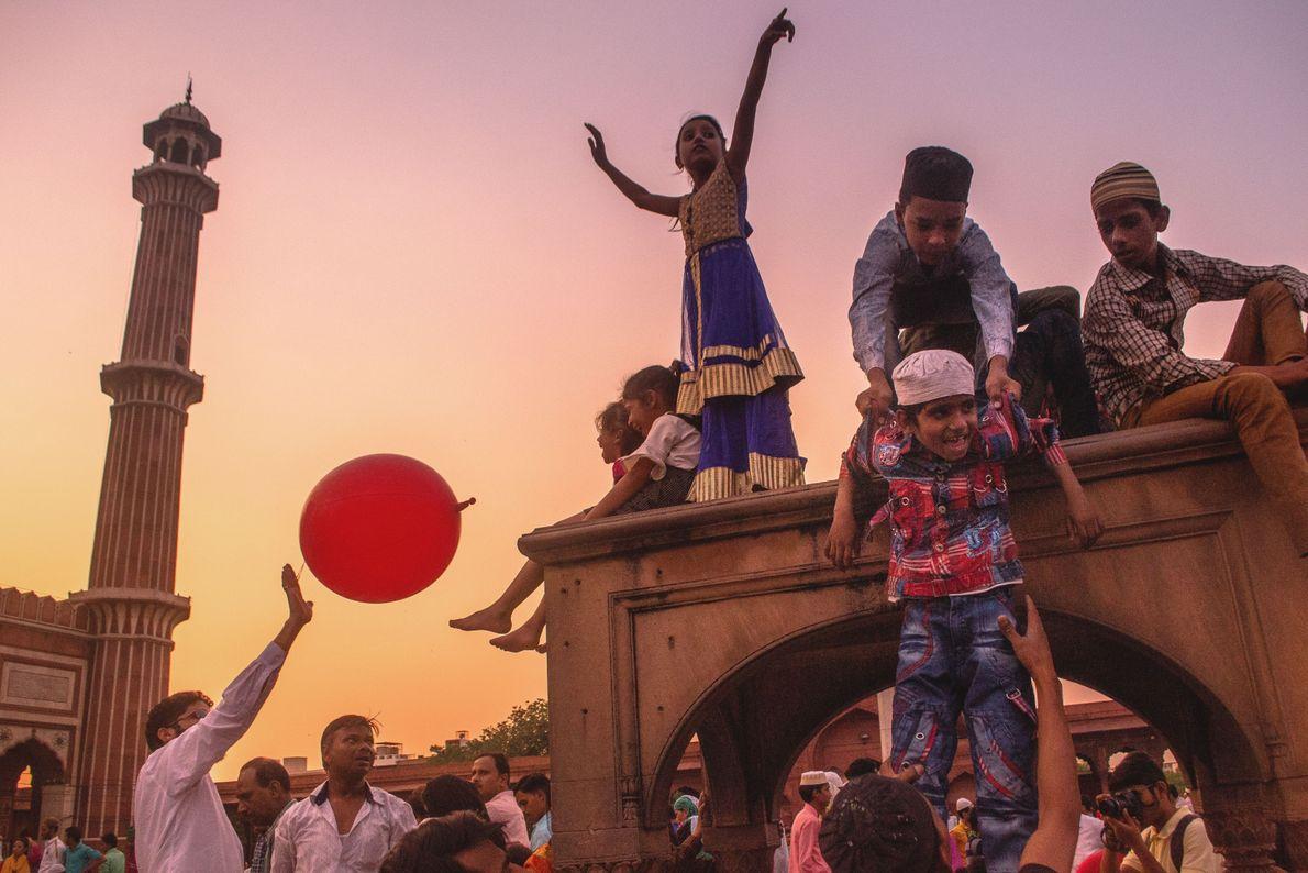Gläubige vor der Moschee Jama Masjid in Delhi