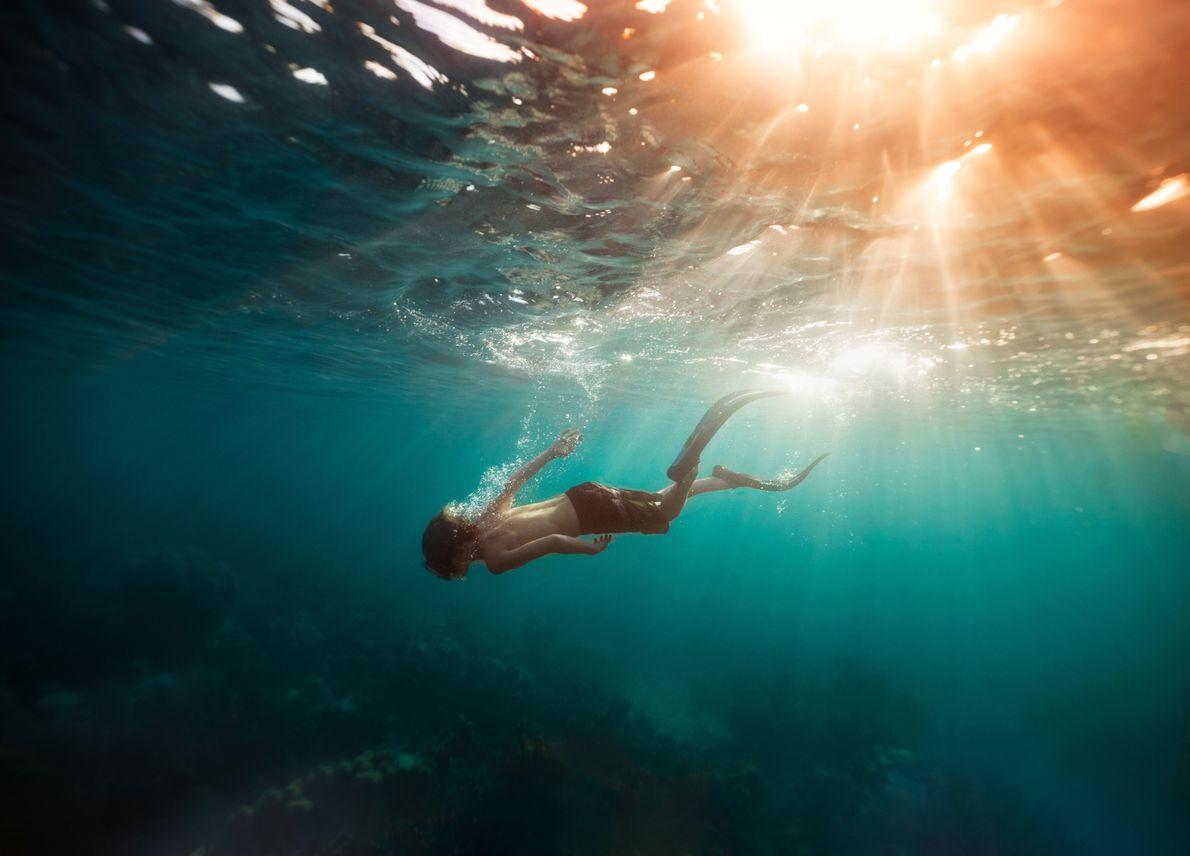 Ein junger Freitaucher vor den Turks- und Caicosinseln