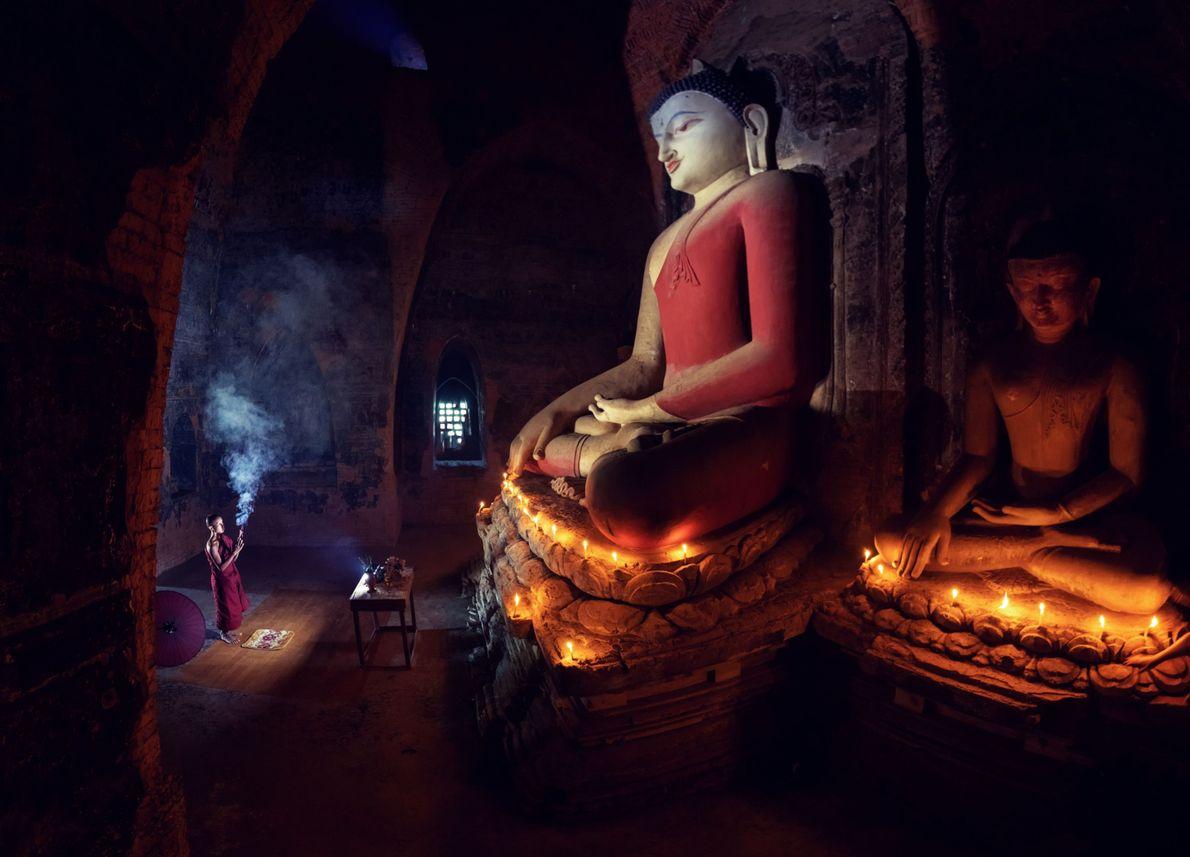 Ein buddhistischer Mönch beim Gebet im Pahtothamya-Tempel in Bagan, Myanmar.