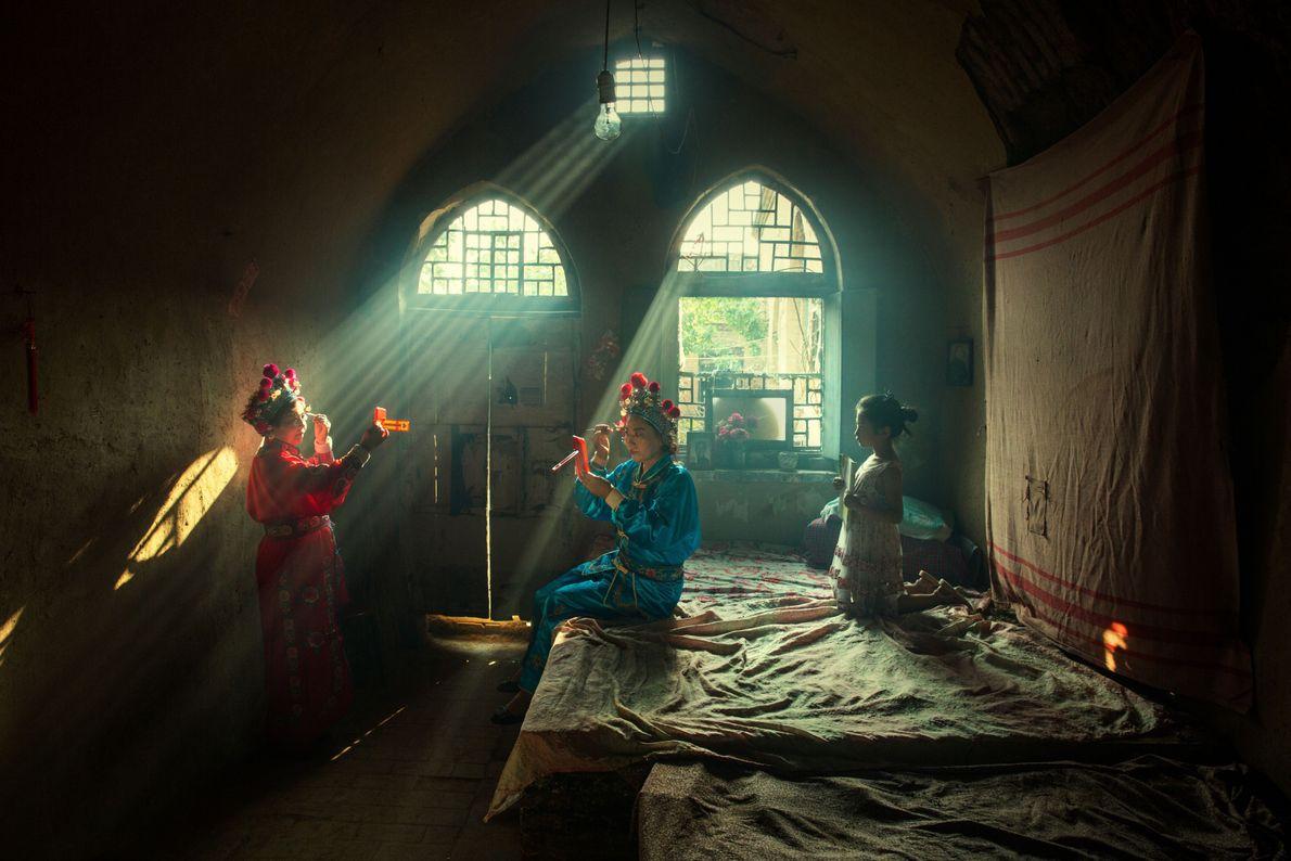 Chinesische Schauspielerinnen schminken sich für eine Opernaufführung