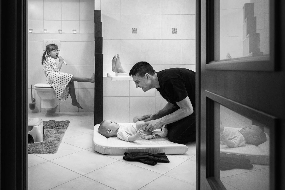 Ein Vater und seine Kinder im Bad beim Waschen und Zähneputzen