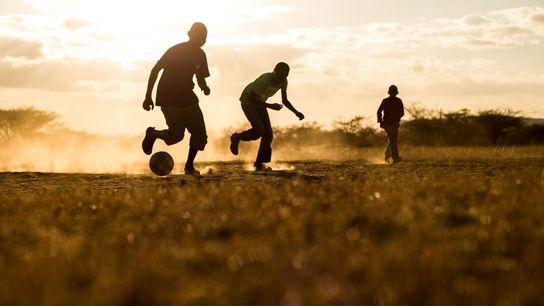 Fußball im Sonnenuntergang