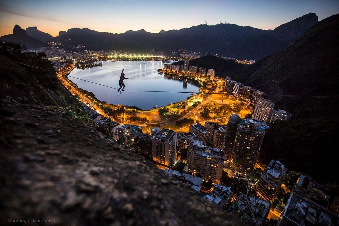 Slackliner über Rio de Janeiro