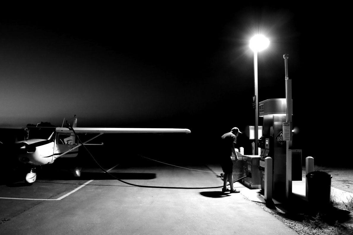 Pilot betankt sein Flugzeug