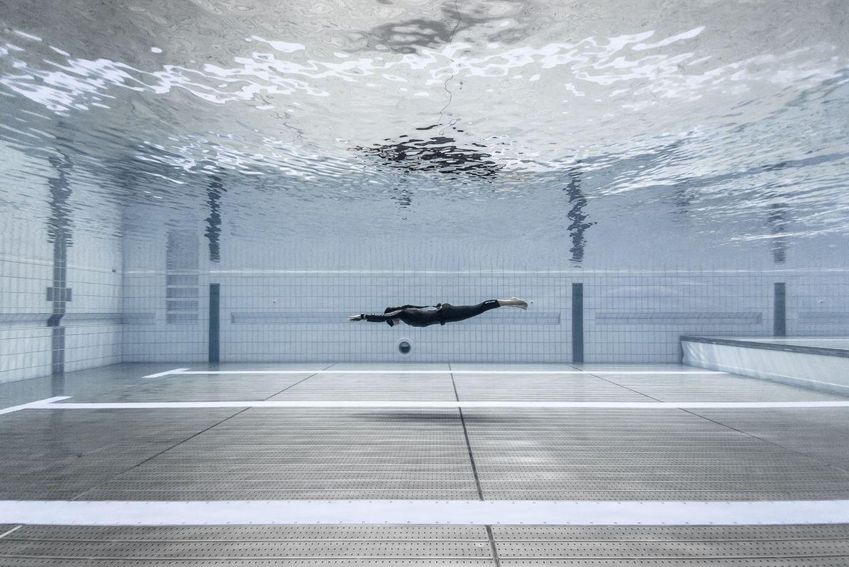 Freitaucherin beim Training im Pool