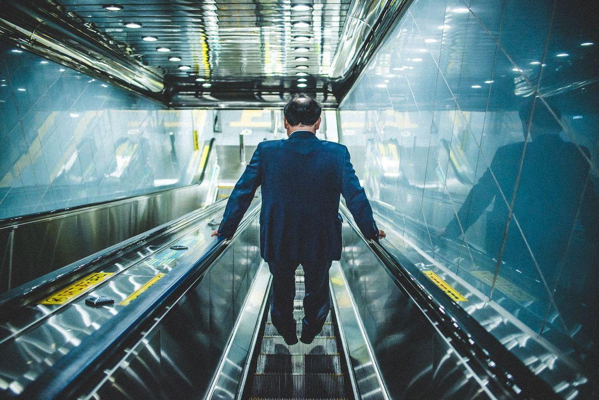 Mann auf Rolltreppe in Busan, Südkorea