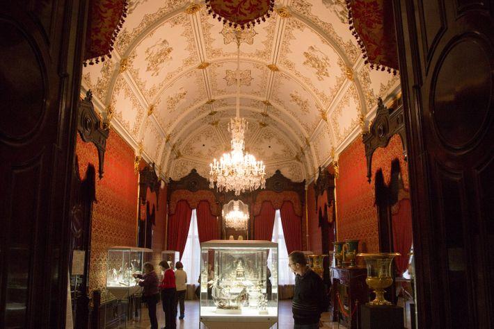 Im Fabergé-Museum befinden sich nicht nur die berühmten Eier der Zarenfamilie, sondern auch Gemälde, Porzellan und ...