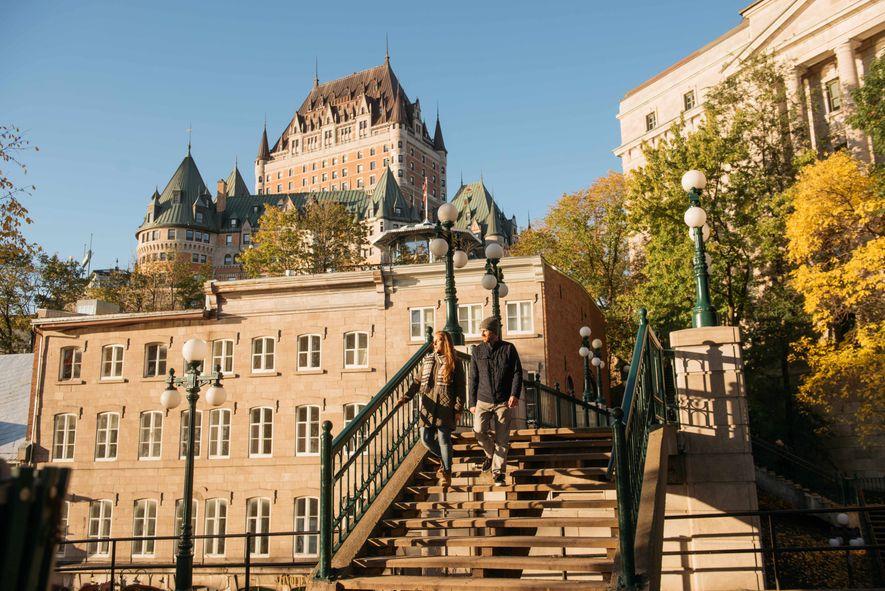 Das Fairmont Le Château Frontenac ragt hoch über der Stadt auf.