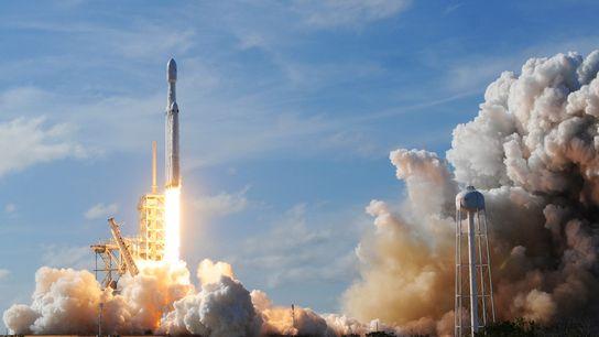 Die Trägerrakete Falcon Heavy des Herstellers SpaceX startete am 6. Februar 2018 vom Kennedy Space Center ...