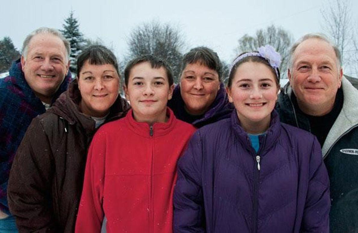 Als Doug (rechts) und Phil Malm die Zwillinge Jill (Dritte von rechts) und Jena Lassen trafen, …