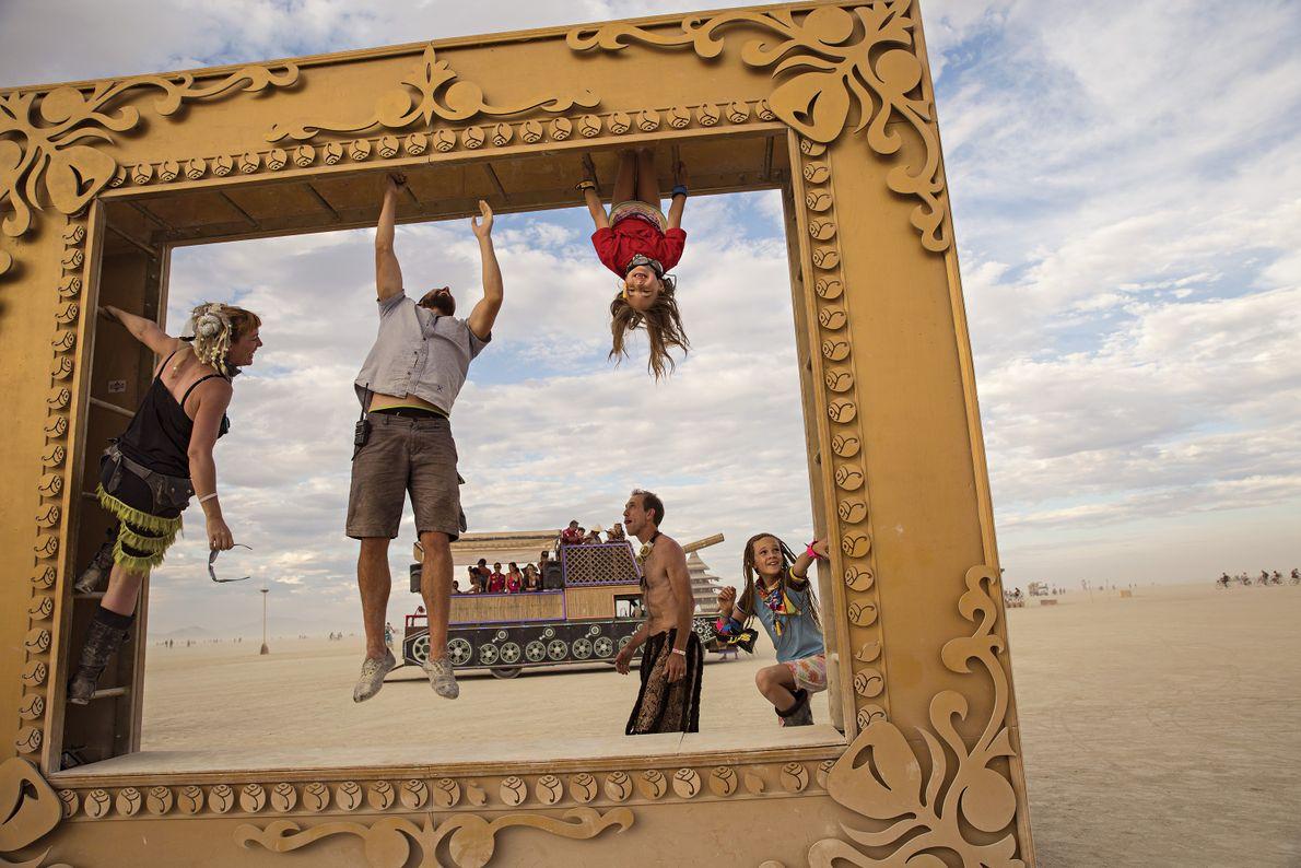Menschen klettern auf Skulptur