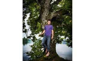 Der Junge der Bäume pflanzt