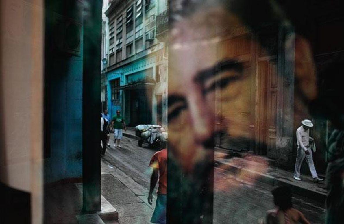 Fidel Castros Gesicht spiegelt sich in einem Fenster. In dieses Viertel von Havanna kommen selten Touristen.