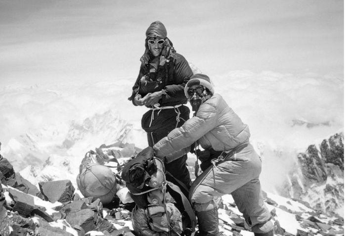 Zwei der größten Leistungen des 20. Jahrhunderts waren die Erstbesteigung des Mount Everest durch Edmund Hillary ...