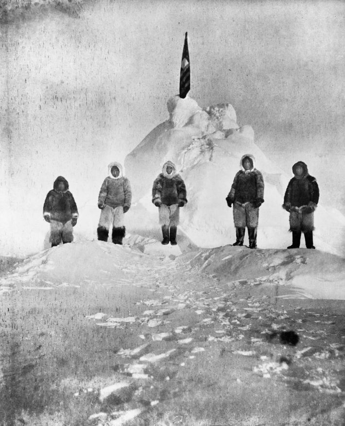 Robert Peary, der diese Expedition anführte, nahm das Foto unten in der Umgebung des Pols auf. ...
