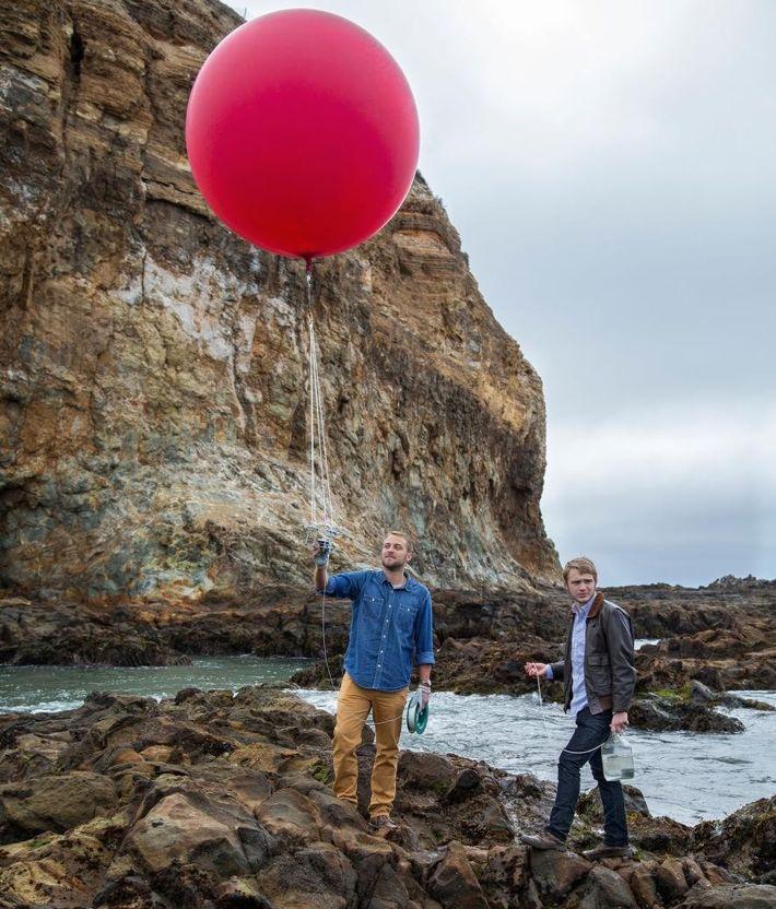 Dieser Ballon ist mit einer Kamera ausgestattet. Shah Selbe (l.) und sein Assistent Aaron Grimes wollen ...