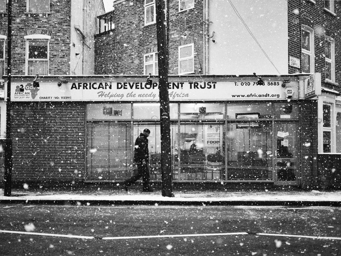 Ein Passant zieht eiligen Schrittes am Fotografen vorbei – im Viertel Finnsbury Park in London.