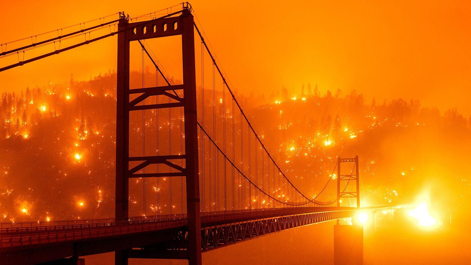Ein Hang hinter der Bidwell Bar Bridge im kalifornischen Oroville ging am Mittwoch in Flammen auf. ...