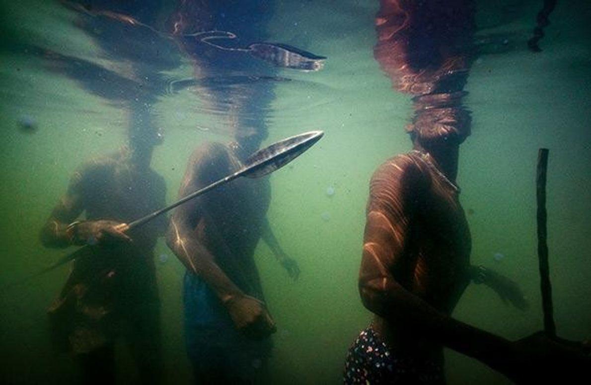 Am Ufer des Turkanasees wird noch mit Speeren gefischt. Wie diese Fischer stapften hier schon die …