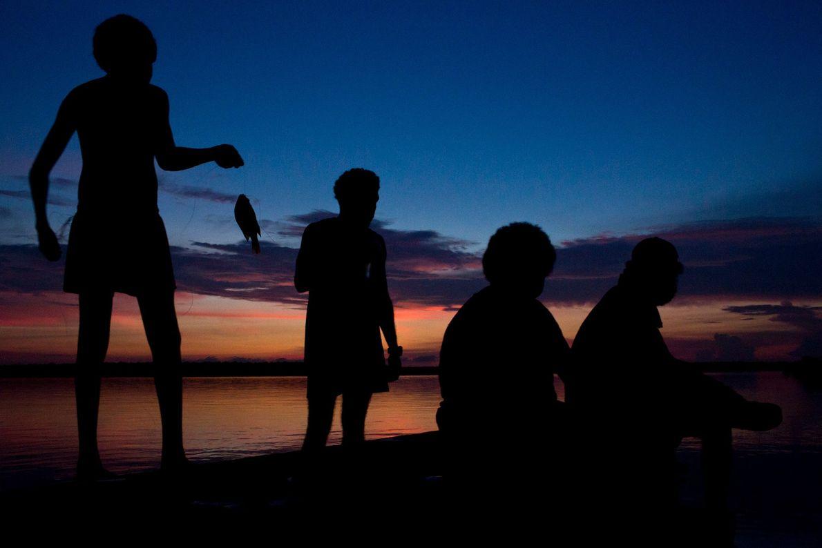 Inselbewohner fischen während der Dämmerung auf Melville Island.